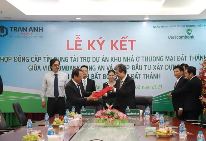 Đại diện Trần Anh Group và Ngân hàng Vietcombank Long An thực hiện nghi thức ký kết hợp đồng.
