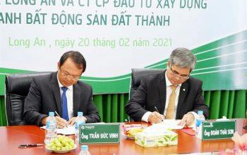 Ông Trần Đức Vinh – Chủ tịch HĐQT Công ty CP ĐT XD và KD BĐS Đất Thành (bên trái) và ông Đoàn Thái Sơn - Giám đốc Vietcombank Long An (bên phải) ký kết hợp đồng tín dụng