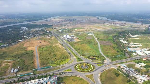 Vòng xoay trên trục đường DT 830, tuyến giao thông chiến lược của Bến Lức, Long An, vừa được nâng cấp mở rộng. Ảnh: Vũ Phong.