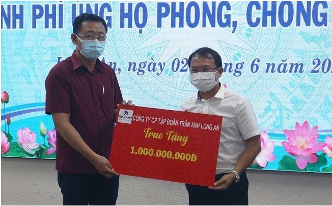 Ông trần Đức Vinh - Chủ tịch Tập đoàn Trần ANh Group trao tặng 1 tỷ đồng cho quỹ phòng chống dịch Covid-19 tỉnh Long An